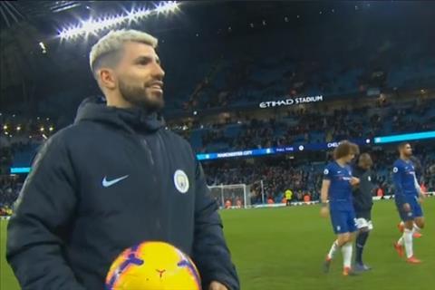 Aguero nhận phần thưởng từ trọng tài sau màn hủy diệt Chelsea hình ảnh