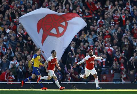 Arsenal lay lai vi tri thu 4 tu tay Man Utd