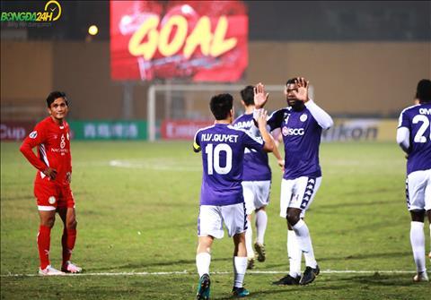 Van Quyet khep lai hiep mot bang ban thang nang ti so len 4-0 tren cham phat den.