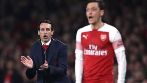 Tiền vệ Ozil của Arsenal không dở, nhưng HLV Emery cũng chẳng sai hình ảnh