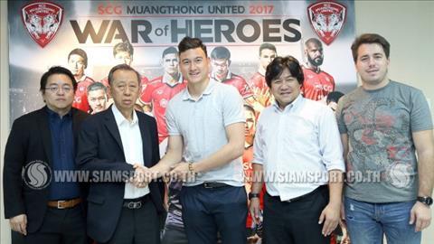 Dang Van Lam (ao trang) chup anh voi ban lanh dao Muangthong vao chieu nay. Anh: Siam Sport.