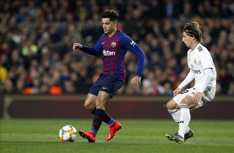 Các đồng đội ở Barca giúp đỡ Philippe Coutinho hình ảnh