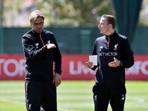 Klopp hy vong tro ly Pepijn Lijnders (phai) se giup ich cho Liverpool
