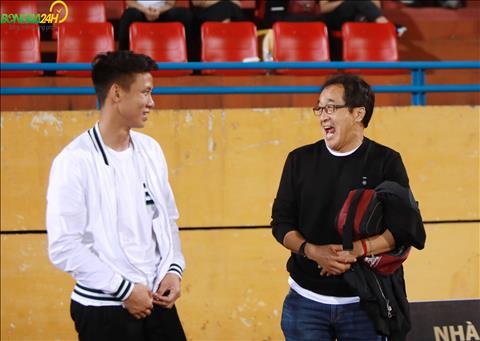 Sau khi ket thuc tran dau, HLV Lee Young Jin xuong san cung Que Ngoc Hai gap go cau thu hai doi.