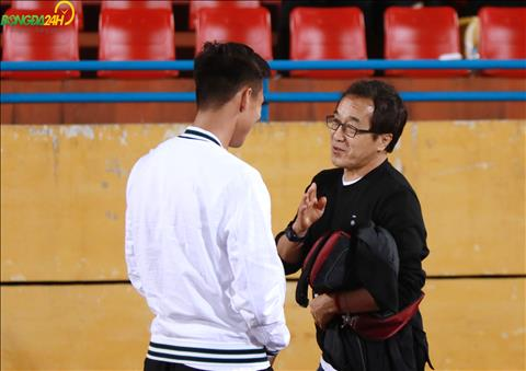 Cuu tro ly cua HLV Park Hang Seo co man trao doi vui voi Que Ngoc Hai duoi san.