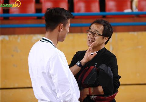 Thay Lee tham chi con co nhung bieu cam het suc dang yeu khi trao doi voi Que Ngoc Hai.