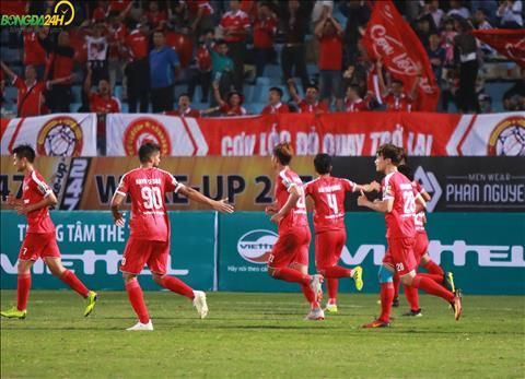 Bui Tien Dung an mung cung cac CDV Viettel khi ghi ban nang ti so len 2-0 cung tu mot tinh huong danh dau.