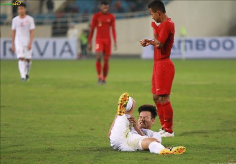 Ve mat dau don cua Tan Tai khi bi cau thu U23 Indonesia pham loi truoc vong cam.