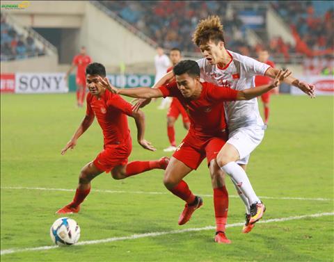 Cac cau thu U23 Indonesia tim moi cach de ngan chan cac chan sut ben phia U23 Viet Nam.