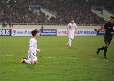 Cac cau thu U23 Viet Nam nhieu lan nga trong vong cam nhung trong tai khong cho huong phat den.