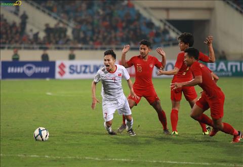Nhung tinh huong va cham cua U23 Indonesia khien tran dau lien tuc bi gian doan.