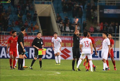 Trong tai chinh nhanh chong rut ra the vang thu hai, dong nghia voi tam the do cho tinh huong choi xau cua cau thu U23 Indonesia.