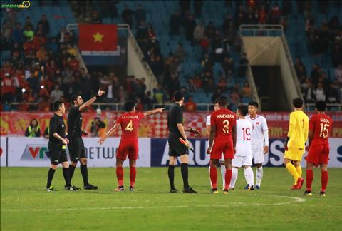 Cac cau thu U23 Indonesia cu cai kha lau voi cac thanh vien to trong tai.