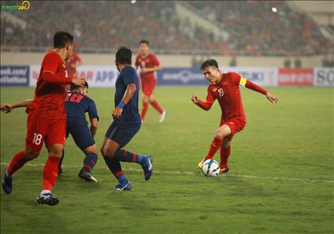 Dien hinh la pha solo tu gan giua san trong vong vay cua mot loat cau thu U23 Thai Lan.