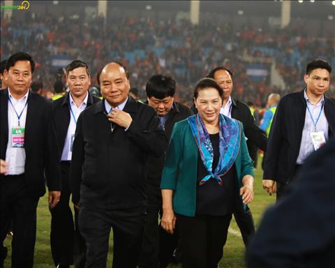 Thu tuong Nguyen Xuan Phuc va Chu tich Quoc hoi Nguyen Thi Kim Ngan da truc tiep xuong san chia se niem vui voi tap the U23 Viet Nam.