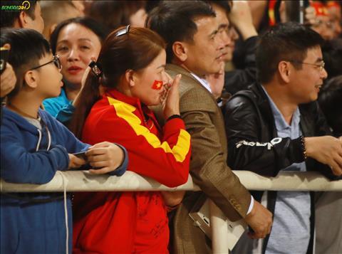 Me Quang Hai dung dang xa nhin con trai va cac dong doi an mung sau chien thang.