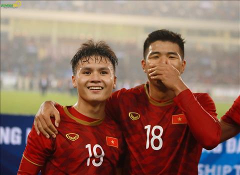 ẢNH Hạ gục U23 Thái Lan, HLV Park Hang Seo lùi về sau nhìn các học trò ăn mừng hình ảnh 2