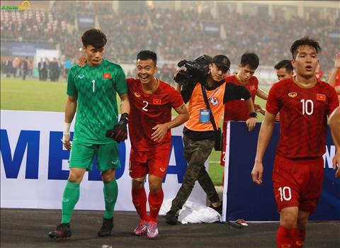 Hạ U23 Thai Lan, HLV Park Hang Seo nhìn các học trò ăn mừng hình ảnh