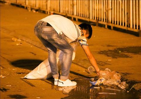 Phan Văn Đức dọn rác sau khi U23 Việt Nam thắng U23 Thái Lan hình ảnh