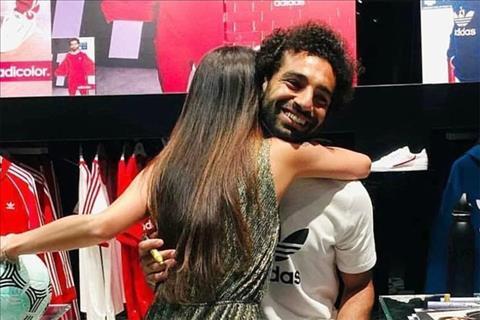Tiền đạo Salah bị mẹ dằn mặt vì ôm fan nữ hình ảnh