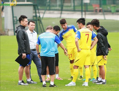 Thay Park va cac cong su danh gia chan thuong cua tung cau thu, trong do co tien dao Tien Linh.