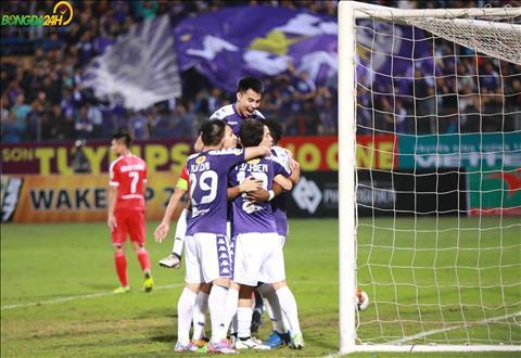 Ha Noi FC an mung ban thang cua Oseni.