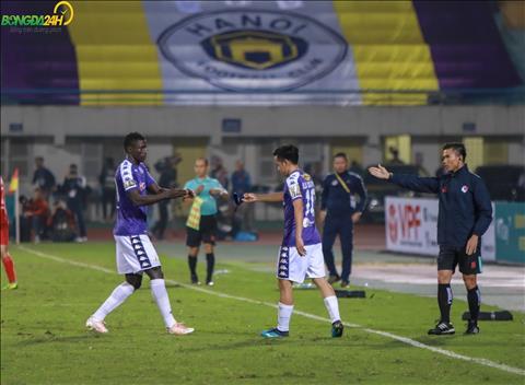 Tran dau tro nen nong bong hon khi Ha Noi FC chi con thi dau voi 10 nguoi.