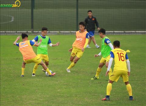 DT U23 Viet Nam tap kiem soat bong trong pham vi hep bang nhung duong chuyen that nhanh va di chuyen lien tuc.