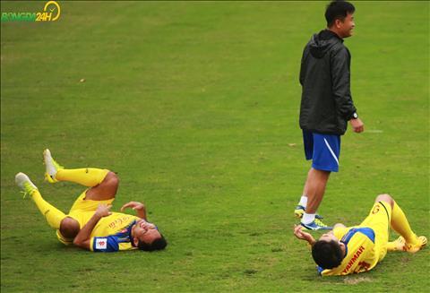 Sau khi ket thuc bai tap, cac cau thu U23 Viet Nam do guc ra san.