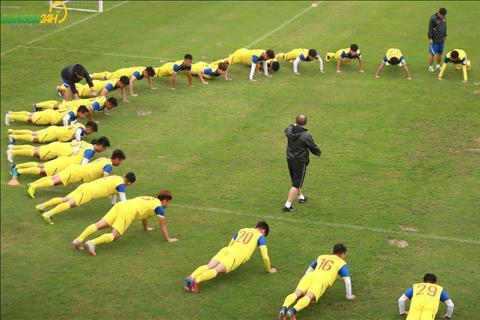 Cầu thủ U23 Việt Nam đổ gục ra sân sau màn chống đẩy hình ảnh