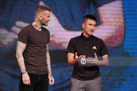 Cong Vinh la nam cau thu duy nhat len san khau giao luu cung David Beckham.