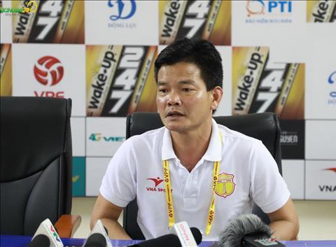 Nam Dinh thua Viettel, HLV Nguyen Van Sy tuc gian vi ban thang cua Bui Tien Dung.
