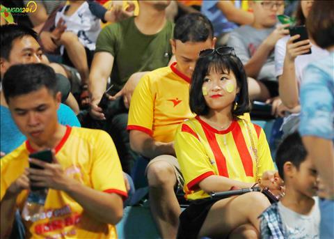 Mot CDV nu Nam Dinh khoe sac tren khan dai.