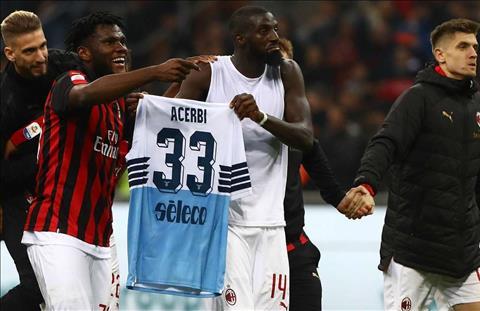 Tiemoue Bakayoko và Franck Kessie xin lỗi Francesco Acerbi hình ảnh
