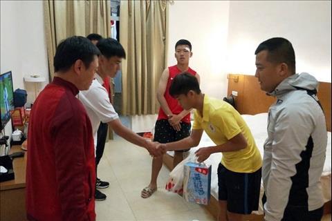 Cầu thủ U17 Hà Nội đến thăm và xin lỗi đối thủ người Trung Quốc hình ảnh