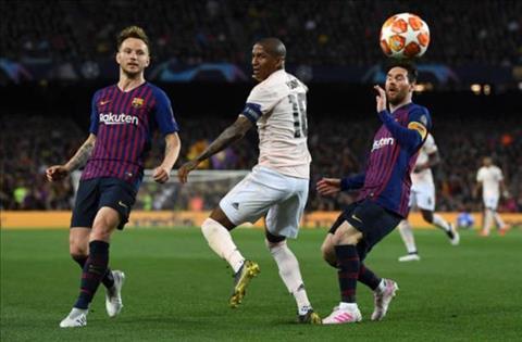 Tội đồ Ashley Young bị chỉ trích sau trận Barca 3-0 MU hình ảnh