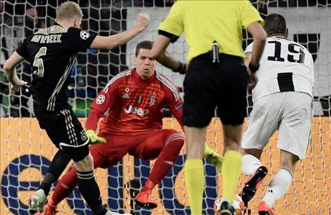 Van de Beek ghi ban truoc Juventus