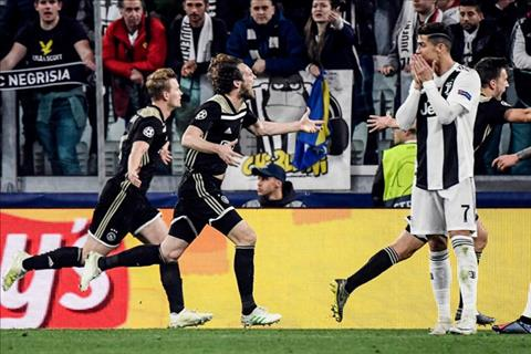 Ronaldo bat luc nhin Ajax di tiep vao ban ket.