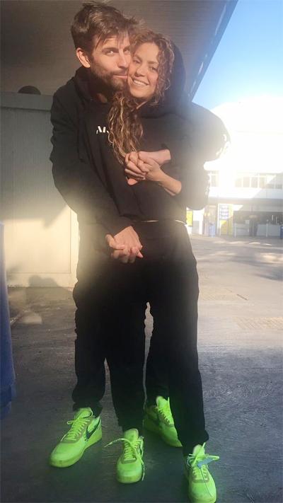 Cặp đôi Pique và Shakira ôm nhau ở chỗ rửa xe hình ảnh