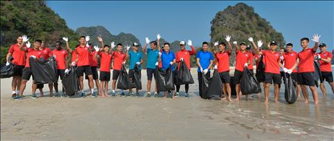 CLB Than Quảng Ninh dọn rác trước trận gặp Sài Gòn hình ảnh