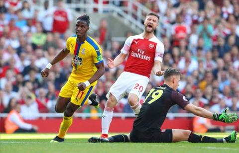 Jamie Carragher chỉ trích trung vệ Mustafi sau trận thua Palace hình ảnh
