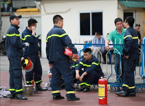ẢNH Thoát án phạt, lính cứu hỏa lên phương án chống pháo sáng trên sân Hàng Đẫy hình ảnh 2