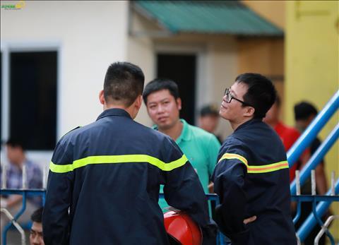Lính cứu hỏa lên phương án chống pháo sáng trên sân Hàng Đẫy hình ảnh