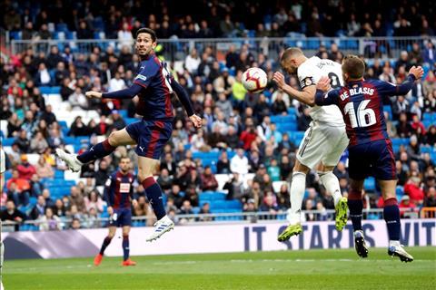 Real vs Eibar Benzema danh dau ghi ban