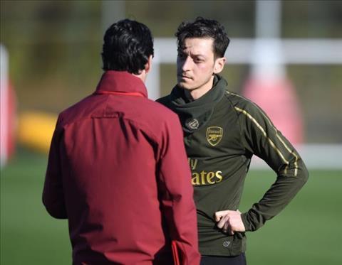 HLV Emery bi chi trich du doi vi doi xu bat cong voi Mesut Ozil