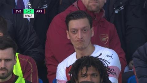 Mesut Ozil nem ao ve phia HLV Emery sau tran thua Everton
