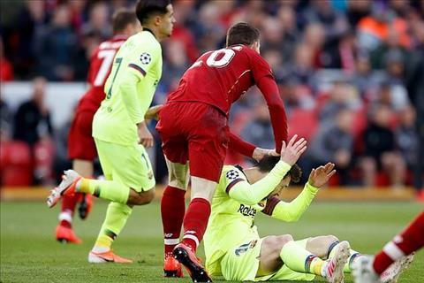 Robertson co hanh dong dui dau Messi o nhung phut dau tran