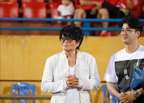 Sau khi tran dau ket thuc, vi chuyen gia nguoi Han Quoc da xuong san de gap mat cac cau thu.