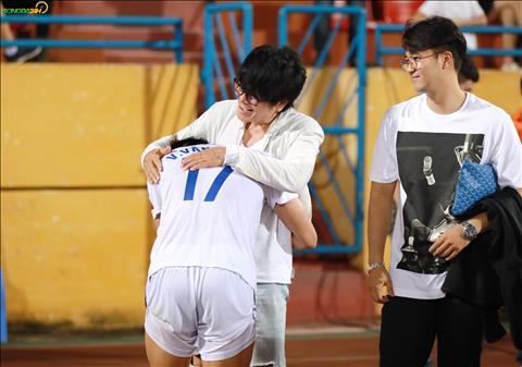 Van Thanh xuc dong om cham lay bac si Choi.