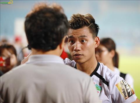 Sau tran dau, Van Thanh ra bat tay va trao doi voi tro ly Lee Young Jin.